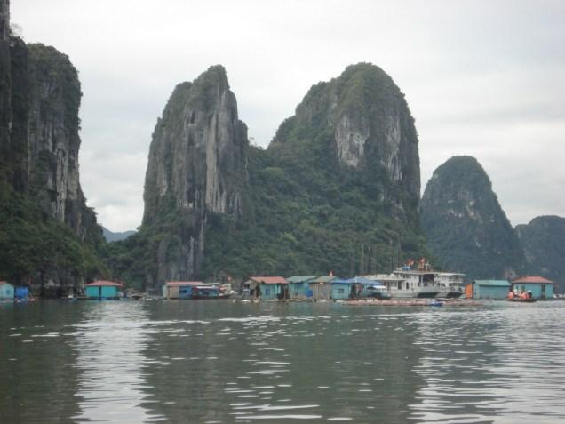 Cidade flutuante na baia de Halong Bay