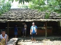 Carlos em frente a uma casa típica deles