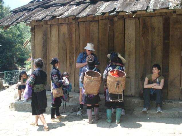Os Black Hmongs cercando nosso amigo australiano Ray tentando vender artesanato