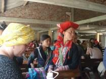 Red Hmong tentando vender artesanatos para a Grit