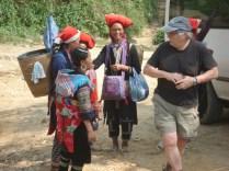 Red Hmong com suas cestas e artesanatos