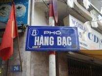 Rua do nosso primeiro hotel. Hang quer dizer mercadoria. Bac quer dizer prata.