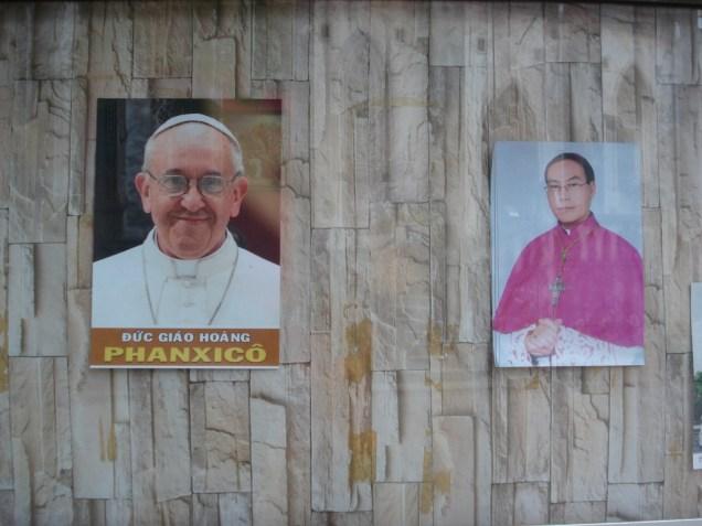 Passamos a Páscoa em Hanói e foi uma alegria assistir uma missa falada e cantada em vietnamita. Achamos bastante diferente das nossas apesar de católica. Adoramos o nome do Papa.
