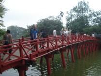 The Huc, a ponte cartão postal do lago, de madeira em arco.