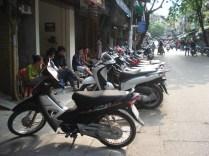 Calçada??? Não, estacionamento de motos
