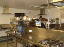 E essa é a área de fazer a comida. São umas 8 estações dessa com todos os utensílios