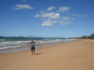 A linda e extensa praia de Mission Beach. No mar não dá para entrar