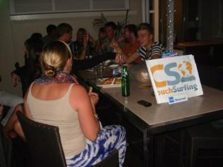 Todos se sentam, alguns jantam e o clima está longe das reuniões de SP