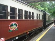 O trem é turístico, parece antiguinho e para nos pontos em que tem algo para ver