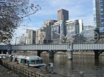 Sandrige Railway Bridge – foi a primeira ponte de aço sobre o Rio Yarra e que ligava a cidade ao Porto de Melbourne, onde milhares de imigrantes chegaram. Os Viajantes – essas esculturas de aço homenageiam os imigrantes e se movem lentamente