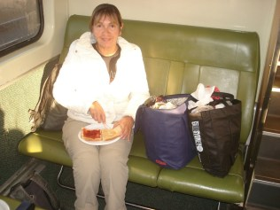 Café da manhã no trem de Strathfield para Katoomba. Coisa de mochileiro. Sacola do supermercado Coles nossa companheira por toda a Austrália.