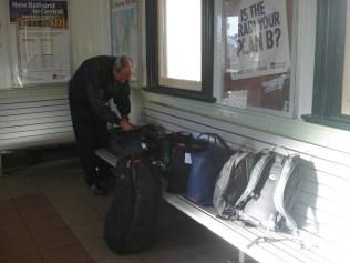Nossas mochilas e sacolas esperando o trem