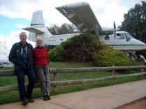 O centro em Broken Hill é a central do Sudoeste. Carlos e Camille na entrada do museu. Usaram a mesma estrutura de rádio e pessoas para levar a escola ao interior