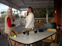 Nós tomando um vinho no famoso hotel cujo dono pintou painéis por todas as paredes internas