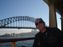 Carlos no ferry para Manly. Manly é um subúrbio a noroeste de Sidnei