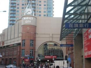 Market City que é um shopping center com o Paddy´s que é um mercado oriental com roupas, comidas e feira
