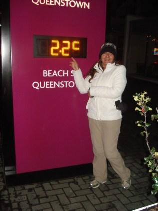 Na rua no albergue, em frente ao termômetro. Que recepção de frio foi essa.