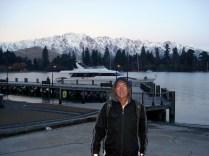 Carlos, em frente ao lago Wakatipu com as montanhas nevadas ao fundo