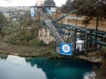 Local onde o pessoal faz bungee ou salta na água