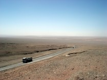 A rodovia excelente, um carro a cada tantas horas e muitos caminhões. Nenhum posto e nenhuma cidade