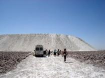 E esse monte é o que sobra depois que o sal é extraído. Tudo em volta é sal