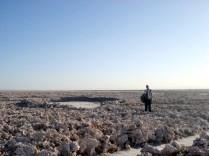 E a paisagem desértica, salgada continua