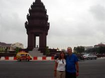 Monumento da Independência desenhado para lembrar Angkor Wat