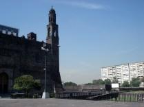 A Praça das Três Culturas é um lugar muito significativo da cidade do México, uma vez que reflete três fases importantes da história do México: pré-hispânicas, coloniais e contemporâneos