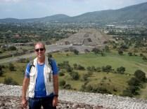 Carlos em frente a pirâmide do Sol