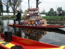 Barco que vai ao lado tentando vender coisas para os turistas