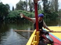 Nosso remador e guia mostrando que a água dos canais é limpa