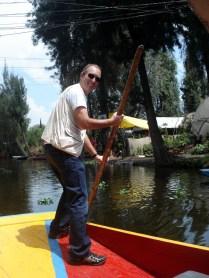Carlos tentando remar. Ele foi bem, o venezuelano bateu o barco no barranco