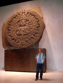Este calendário era baseado no ano solar, assim possuindo 365 dias. O calendário asteca possui semelhanças com o calendário maia