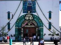 Para entrar tem que pagar mas não é permitido tirar fotos. A igreja não tem bancos apenas um tapete de ramos de pinheiro e espelhos para desviar o mal