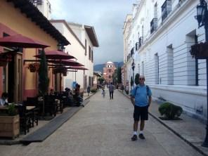 Ao fundo, o Arco Del Carmen também um marco da cidade