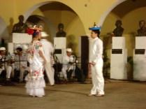 Outra dança típica onde carregam bandejas na cabeça