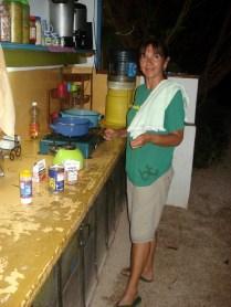 Vânia na lida da cozinha do albergue