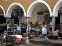 """Mercado Municipal """"Donato Bates Herrera"""" . Mulheres com suas roupas típicas."""
