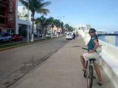 Minha bike na rua principal da cidade