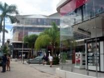Cheia de lojas de grife, shoppings, turistas e restaurantes caros
