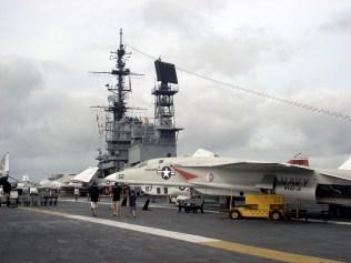 Vista do deck de voo e da ponte de comando