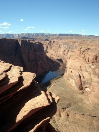 O mirante é no topo de um penhasco íngreme cor laranja várias centenas de pés de altura