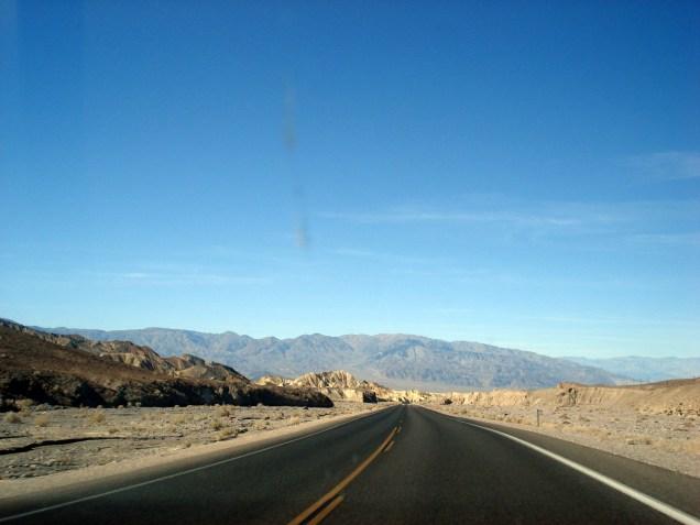 Existem 1.300 milhas de estradas de terra e poucas asfaltadas