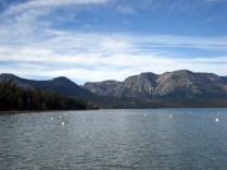 As montanhas e o lago atraem visitantes o ano todo