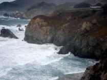 Mar, pedras e verde: tudo lindo