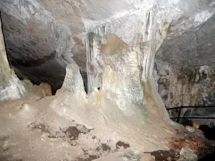 Cavidade seca, podemos caminhar ao lado das formações de espeleotemas