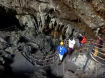 Na entrada da caverna, descemos 150 metros por escadaria
