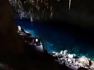 Um lago com águas de um tom intensamente azulado