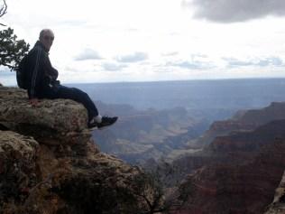 Carlos testando a força das rochas