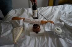 Bordeaux, baguette, brie, chèvre, et un crème et caramel dessert. Un repas parfait!
